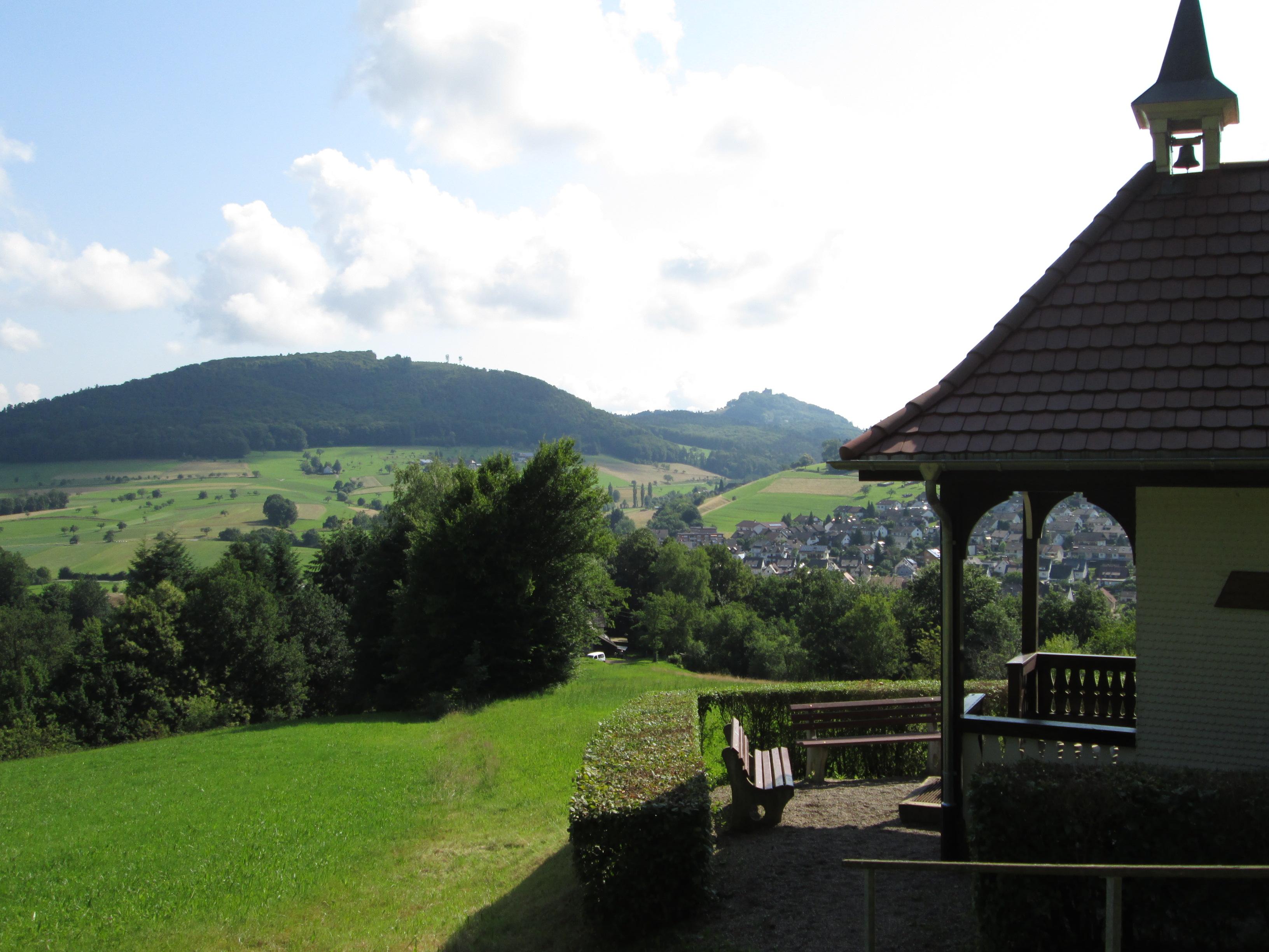 An der Konradskapelle in Seelbach, im Hintergrund die Burg Hohengeroldseck
