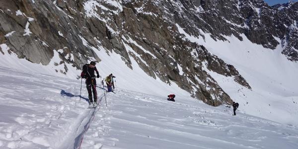 Kurze Pause beim Aufstieg am Seil über den Berglasferner. Hinten der Berglasspitz.