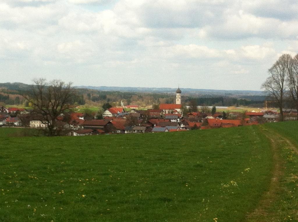 Von der Hochfläche hat man einen wunderschönen Weitblick auf Antdorf (Antonie Schmid)