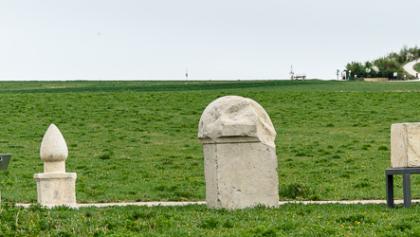 Blick vom Gräberfeld auf des Limeseum, den Aussichtshügel und das Mini-Kastell