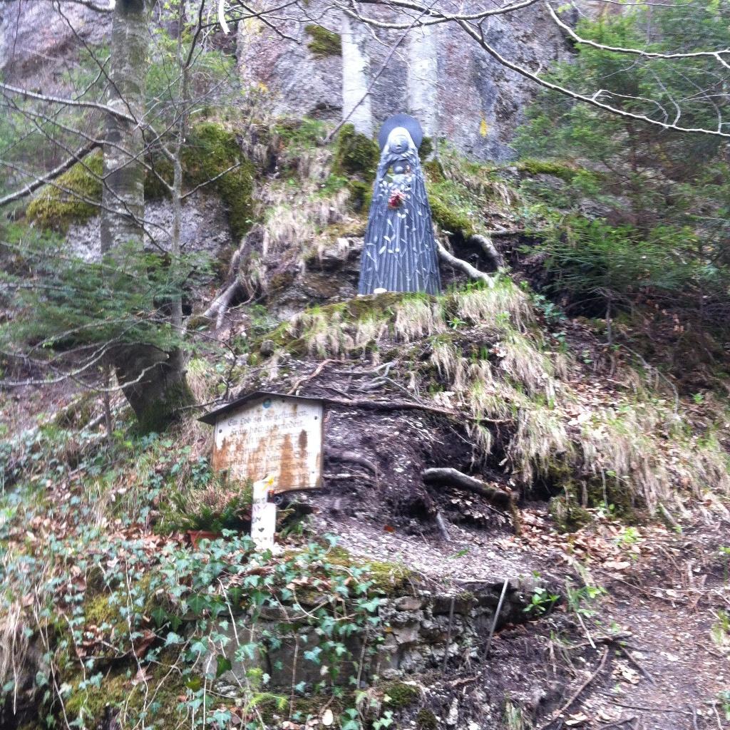 Marienstatue und Gedenktafel am Reitnerwasserfall (Antonie Schmid)