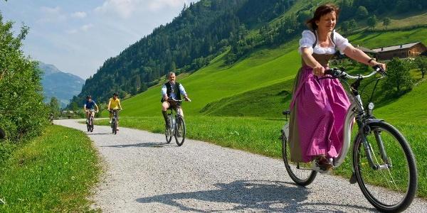Radfahren und E-Biken entlang der Ache
