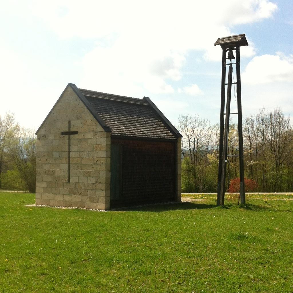 Die 2003 erbaute Barbarakapelle inmitten des Erholungszentrum Berghalde ()