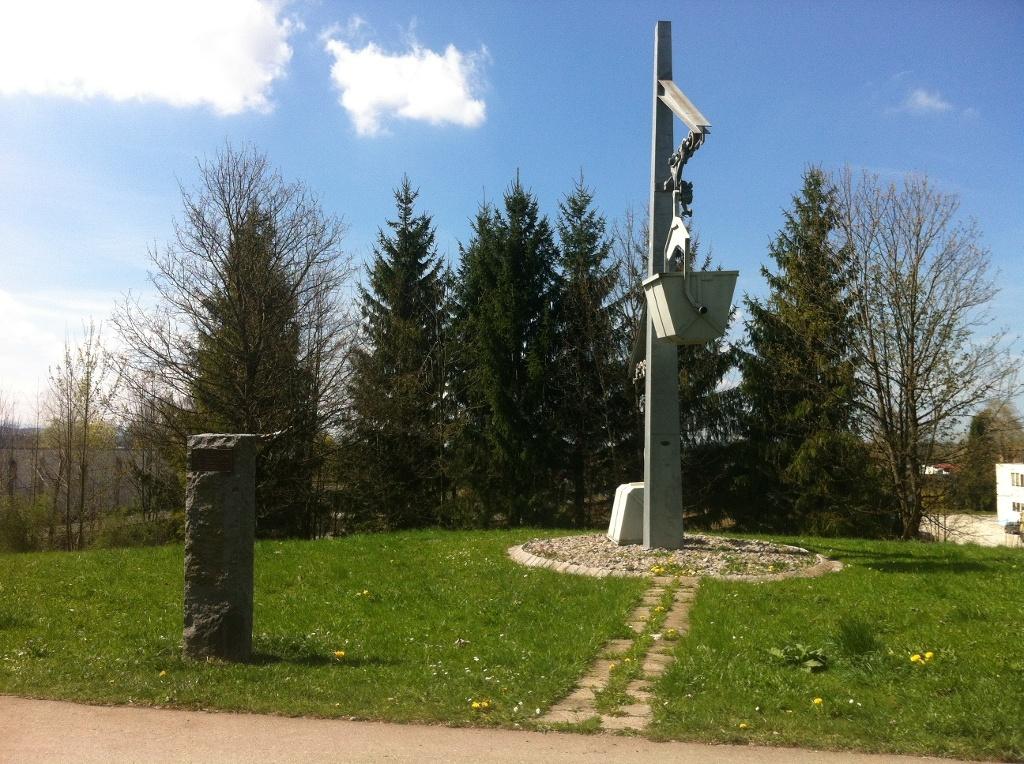Seilbahn-Denkmal als Erinnerung an den florierenden Bergbau ()