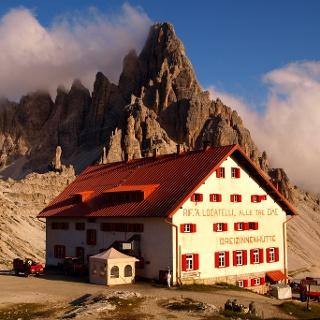 Paternkofel 2747 m mit Dreizinnenhütte abends